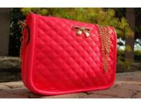 This classic quilted shoulder bag features a