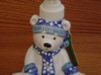Design: Sitting polar bear with blue hat, scarf and