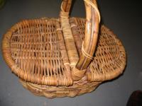 Intricately woven picnic basket in very good condition.