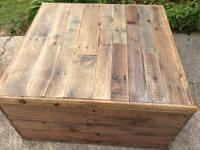 This pallet coffee table features the contemporary
