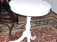 ROUND WHITE ENGLISH/REGENCY STYLE PEDESTAL SIDE TABLE