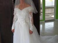 White Beaded gorgeous dress and with beaded Veil size 6