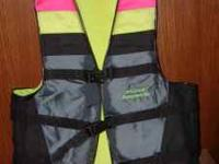 TIME TO HEAD FOR THE WATER! This Stearns Ski Vest, size