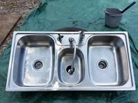 This is a great kitchen sink with 3 basins. It has all