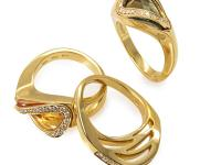 This Superoro ring set is glamorous and intriguing.