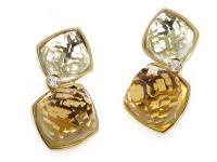 This pair of earrings from Superoro transcend time with