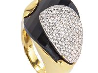 This Superoro ring is a strong and sophisticated piece.