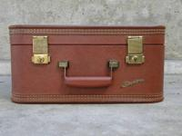 A wonderful vintage piece, this Starline suitcase was