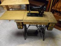 Vintage SINGER Sewing Machine This is black with gold