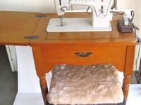 Vintage ?Fashion Mate? Singer sewing machine/Model 239,