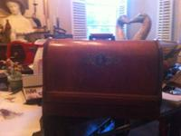 THIS IS A PRE-1930'S HAND CRANK SEWING MACHINE. IT HAS