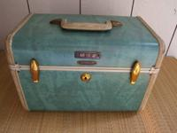 VINTAGE TRAIN CASE WITH MIRROR IN GOOD CONDITION,