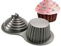 Creates a big 3-D giant cupcake for the whole party to