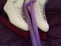 Practically new women's ice skates, Size 9 Only worn a