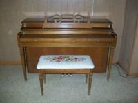 Wurlitzer Spinet Piano in excelent condition with a