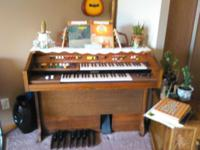 YAMAHA, PLUG IN CHORD ORGAN, WITH BOOKS. IN MINT