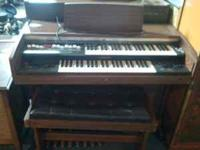 Yamaha organ in excellent condition. Comes with nice